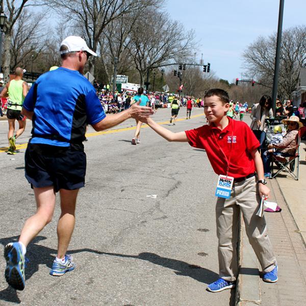 Max high-fives a marathoner.